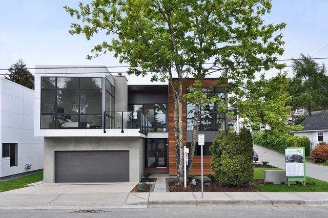 façade blanche, gris foncé et bois