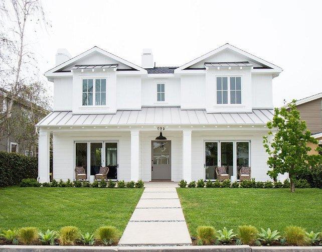 façade blanche avec toit et porte gris