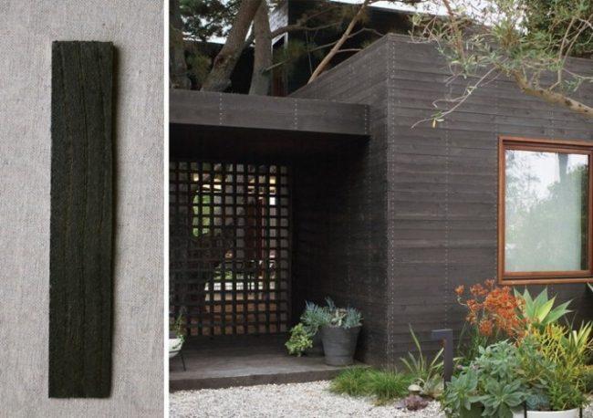 Extérieur de maison gris foncé avec des cadres de fenêtre en bois