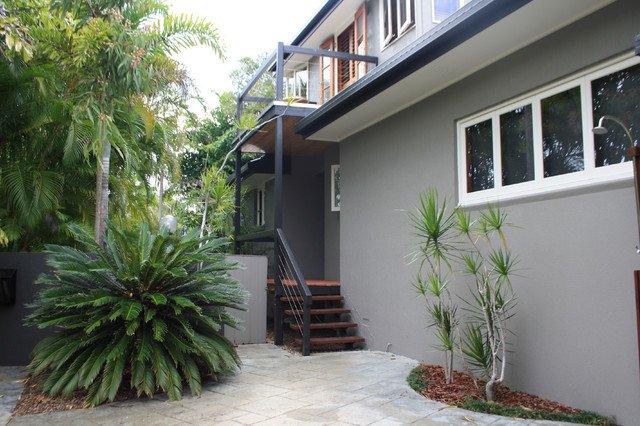 extérieur de la maison de colkor gris avec des détails et des grilles gris foncé