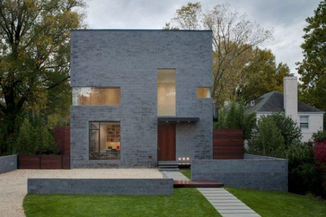 maison grise avec des portes en bois sombres