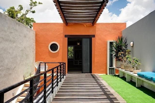 mur extérieur orange combiné avec deux murs de ciment gris