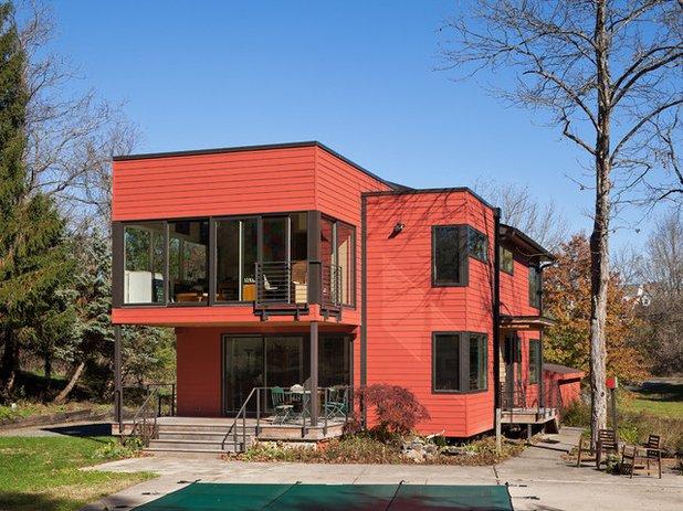 maison orange foncé et détails noirs