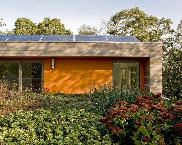 Façade orange combinée avec du bois naturel
