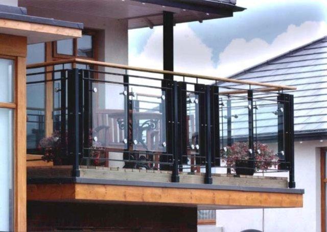 balcon noir et acrylique grilles