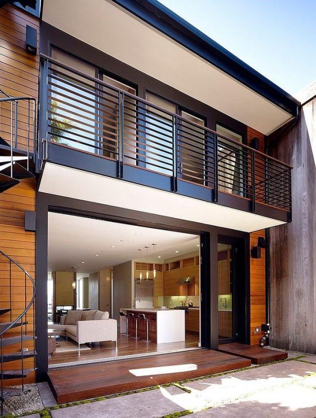 Grilles de balcon peintes en noir et en bois
