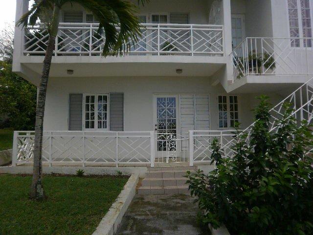 balcons à barres blanches