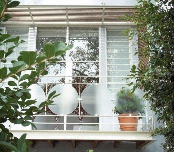 fenêtre à barres blanches