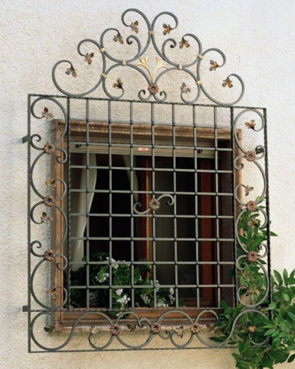 fenêtre avec des barres grises et dorées