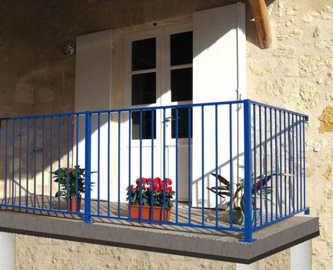 balcon avec barres bleues