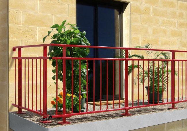 balcon avec barres rouges