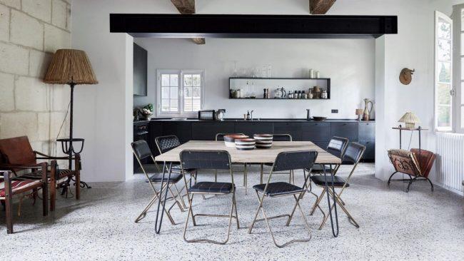 cuisine contemporaine avec armoires noires et murs blancs, intégrée à la salle à manger