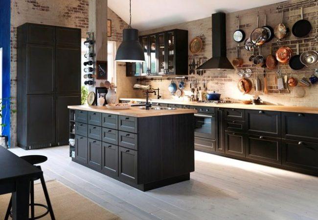 cuisine modulaire noire avec murs de briques