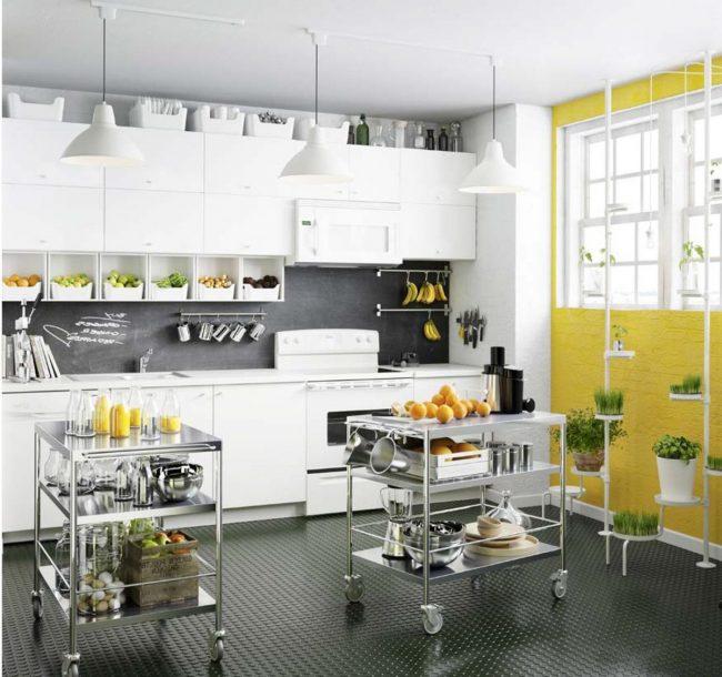 blanc et gris avec mur jaune