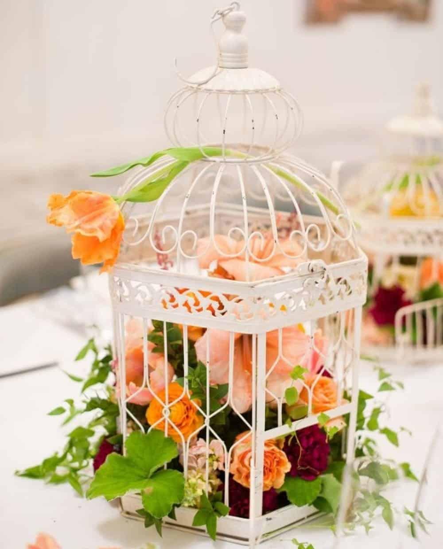 Pièce maîtresse florale de cage à oiseaux