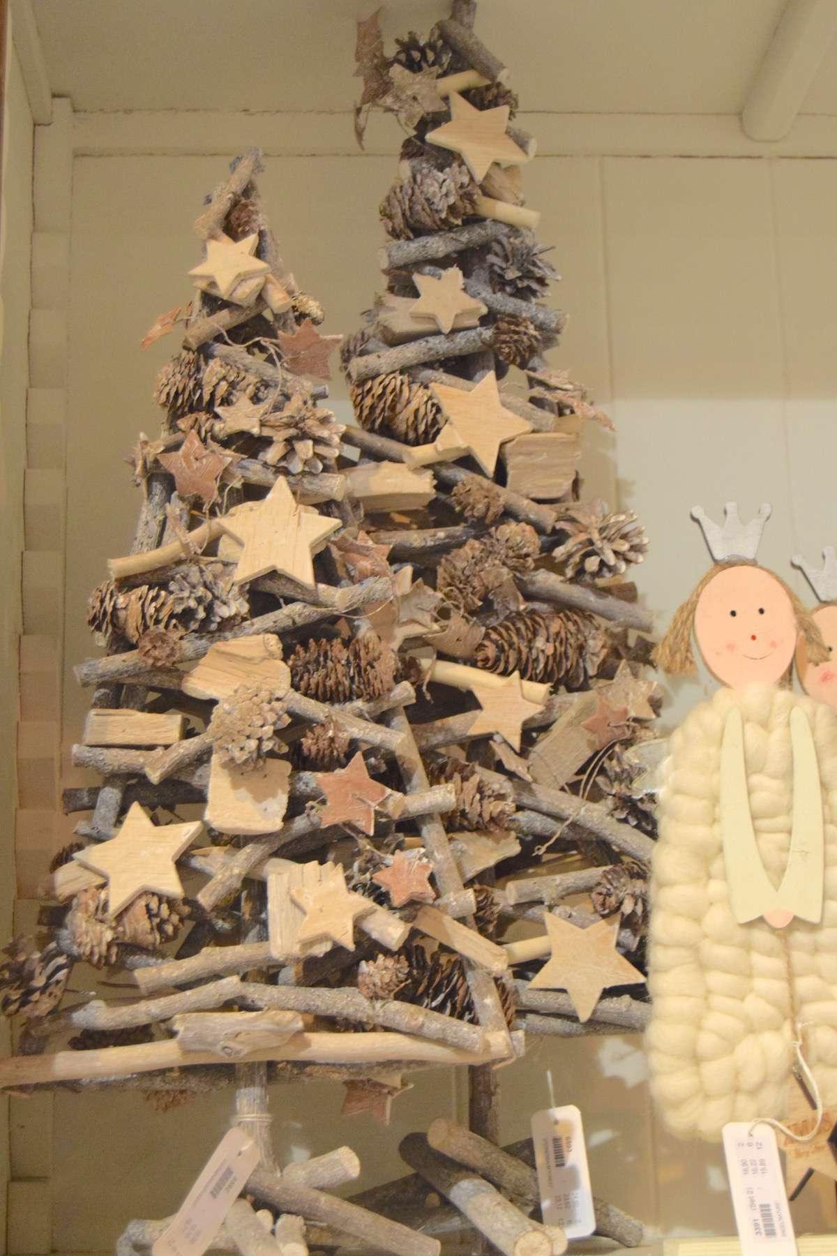 """22-original-Christmas-trees """"width ="""" 1200 """"height ="""" 1800 """"srcset ="""" https://navidad.es/wp-content/uploads/2009/12/22-arboles-de-navidad-originales .jpg 1200w, https://navidad.es/wp-content/uploads/2009/12/22-arboles-de-navidad-originales-200x300.jpg 200w, https://navidad.es/wp-content/uploads /2009/12/22-arboles-de-navidad-originales-768x1152.jpg 768w, https://navidad.es/wp-content/uploads/2009/12/22-arboles-de-navidad-originales-683x1024. jpg 683w, https://navidad.es/wp-content/uploads/2009/12/22-arboles-de-navidad-originales-696x1044.jpg 696w, https://navidad.es/wp-content/uploads/ 2009/12/22-original-Christmas-trees-1068x1602.jpg 1068w, https://navidad.es/wp-content/uploads/2009/12/22-arboles-de-navidad-originales-280x420.jpg 280w """"tailles ="""" (largeur maximale: 1200px) 100vw, 1200px """"/></p> <p>Ceci est une autre proposition très similaire, mais avec une finition argentée et blanche dans les éléments.</p> <p><img class="""