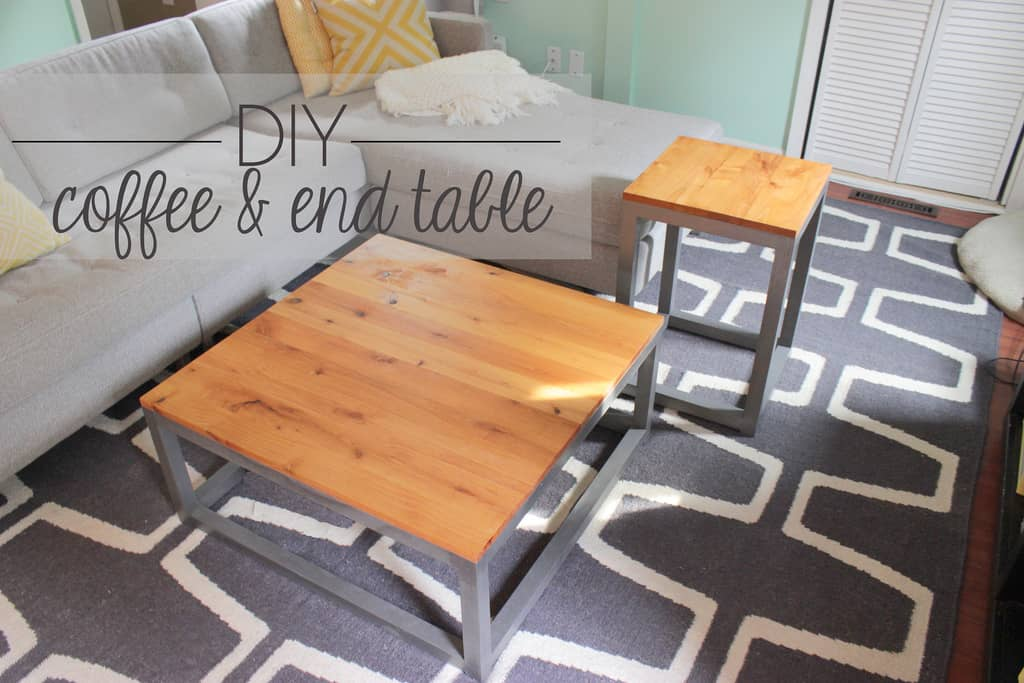 Table basse moderne en bois et métal avec tables de bout assorties