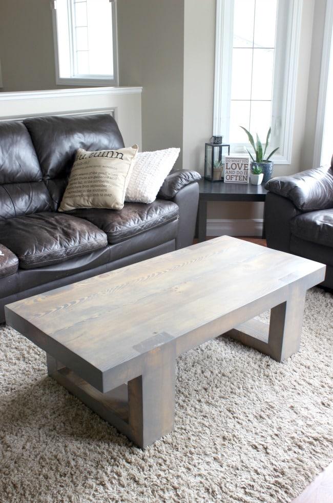 Table basse moderne en bois teinté