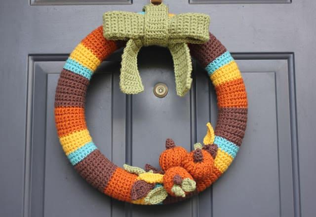 Couronne d'automne au crochet coloré