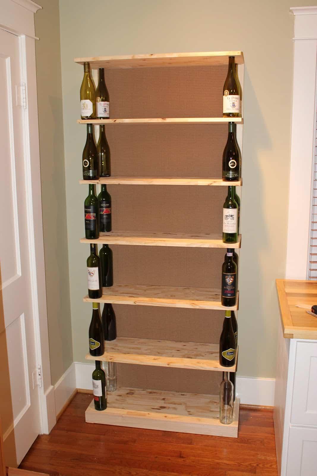 Bouteille de vin et bibliothèque en bois