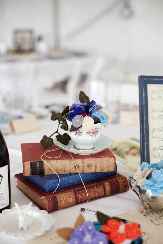 Pièce maîtresse de tasse à thé et de livres