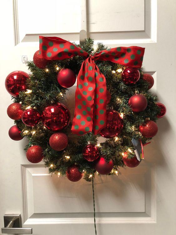 Décoration de Noël pour les portes d'entrée avec des sphères