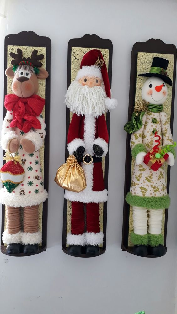 ornements en feutre pour Noël dans des cadres en bois