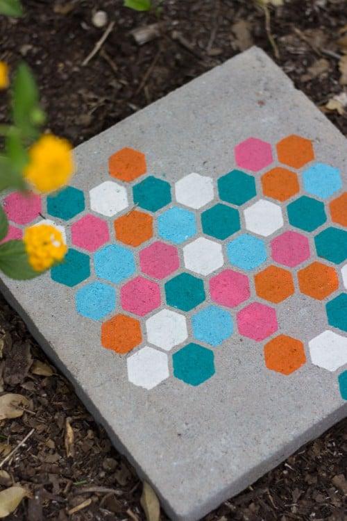 Pierres de progression colorées au pochoir hexagonal