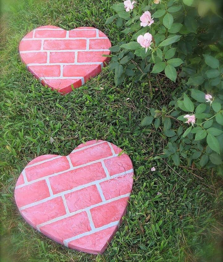 """Brique rose peint cœur de béton pierres pas """"width ="""" 720 """"height ="""" 845 """"srcset ="""" https://cdn.diys.com/wp-content/uploads/2019/11/Pink-brick-painted-concrete-heart 720w, https://cdn.diys.com/wp-content/uploads/2019/11/Pink-brick-painted-concrete-heart-stepping-stonesa-256x300.jpg 256w """"tailles ="""" (largeur maximale: 720px) 100vw, 720px"""