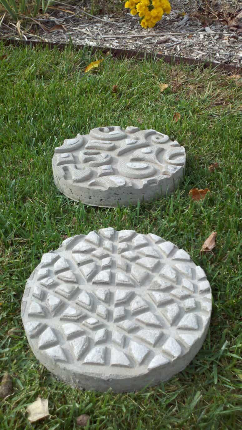 """Paillassons en béton embossé """"width ="""" 775 """"height ="""" 1375 """"srcset ="""" https://housekeeping.tn/wp-content/uploads/2019/11/1574148380_587_De-jolies-pierres-de-progression-pour-votre-jardin.jpg 775w, https://cdn.diys.com/wp-content/uploads/2019/11/Doormat-embossed-concrete-stepping-stones-169x300.jpg 169w, https://cdn.diys.com/wp-content /uploads/2019/11/Doormat-embossed-concrete-stepping-stones-768x1363.jpg 768w, https://cdn.diys.com/wp-content/uploads/2019/11/Doormat-embossed-concrete-stepping- stones-577x1024.jpg 577w """"tailles ="""" (largeur maximale: 775px) 100vw, 775px"""