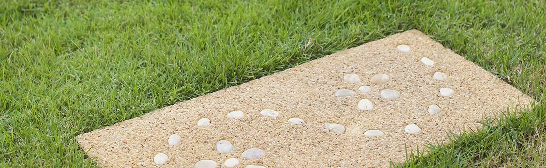 """Tremplins de couleur neutre avec motifs de galets """"width ="""" 1360 """"height ="""" 420 """"srcset ="""" https://cdn.diys.com/wp-content/uploads/2019/11/Neutrally-coloured-stepping-stones-with -pebble-patterns.jpg 1360w, https://cdn.diys.com/wp-content/uploads/2019/11/Neutrally-coloured-stepping-stones-with-pebble-patterns-300x93.jpg 300w, https: / /cdn.diys.com/wp-content/uploads/2019/11/Neutrally-coloured-stepping-stones-with-pebble-patterns-768x237.jpg 768w, https://cdn.diys.com/wp-content/ les mises en ligne / 2019/11 / Pas-de-pierres-colorés neutres-avec-motifs de galets-1024x316.jpg 1024w """"formats ="""" (largeur maximale: 1360 pixels), 100vw, 1360 pixels"""