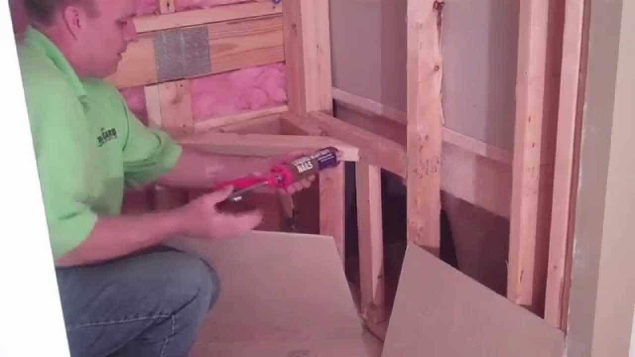 Banc de coin sur mesure avec cadre en bois pour une douche de bricolage