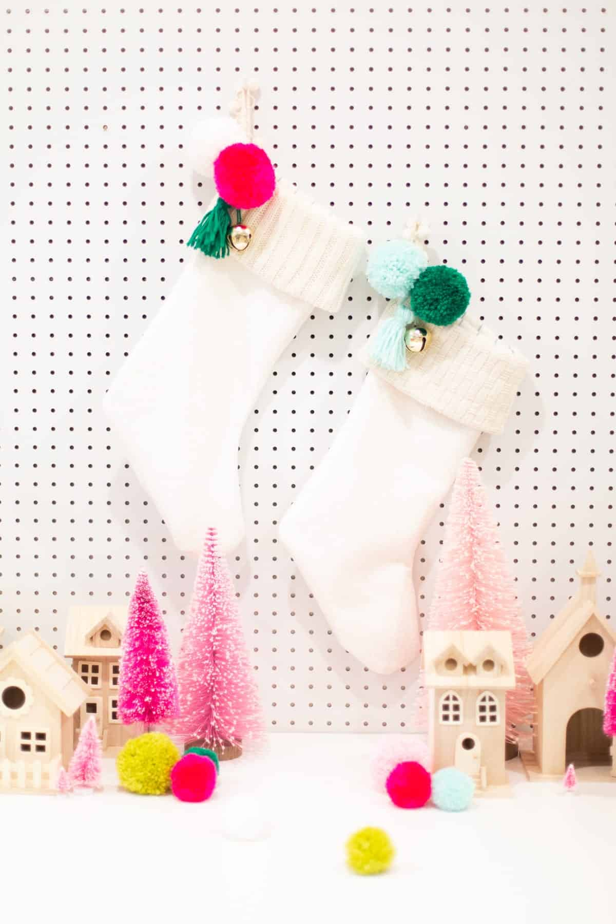 Bas de Noël doublé avec une manchette en tricot et un bibelot avec des pompons et des cloches
