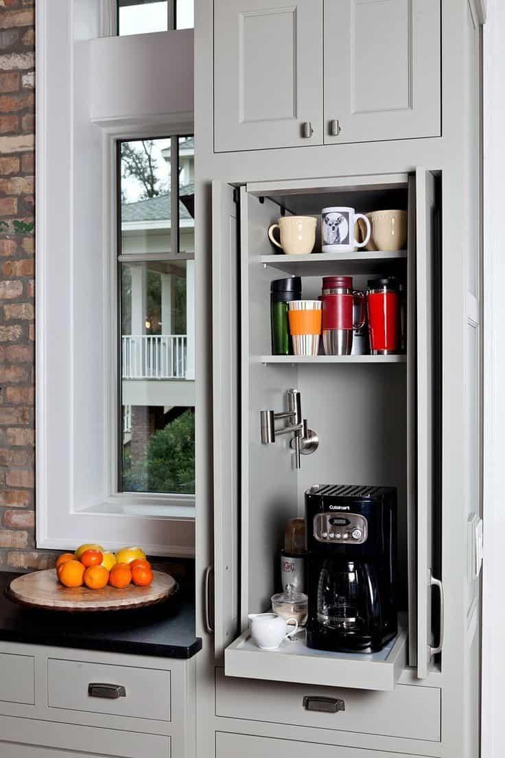 Espace armoire transformé en une petite station de café