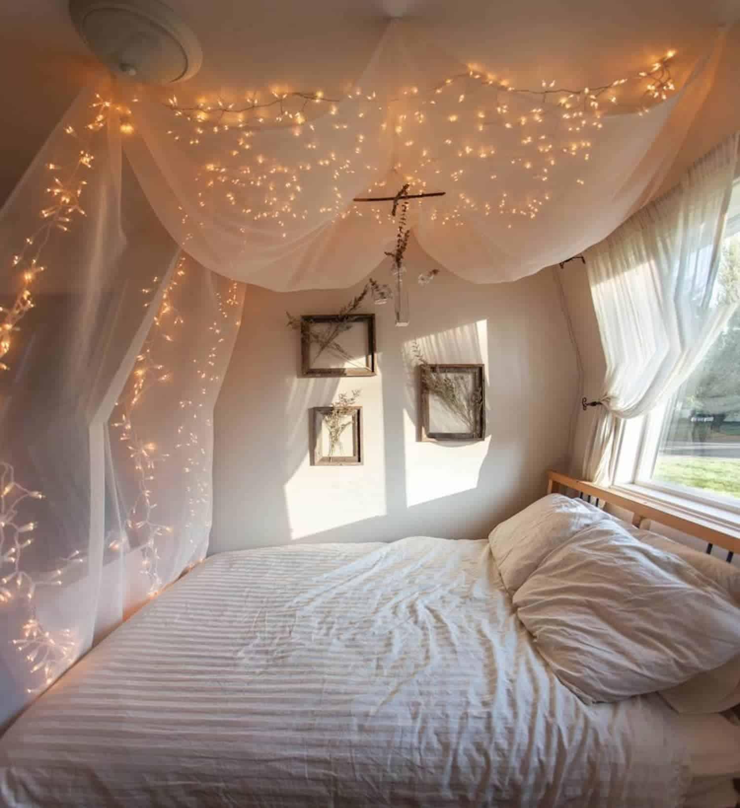 Guirlandes dans la chambre sur la canopée