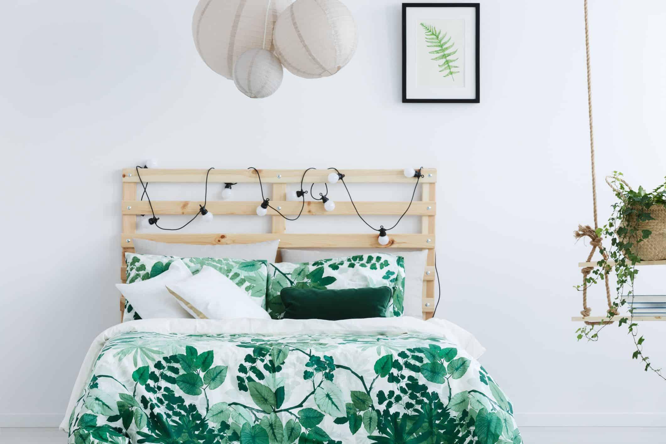 Chambre blanche avec lit en bois image libre de droits 691782182 1547780421
