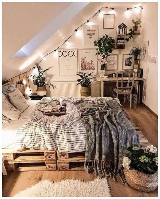Guirlandes sur plafond incliné