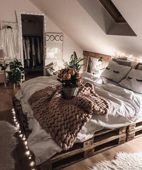 Décrire le mobilier de la chambre avec des guirlandes