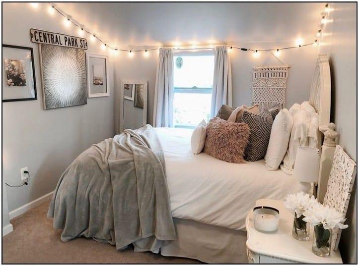 Guirlandes lumineuses bordant la chambre