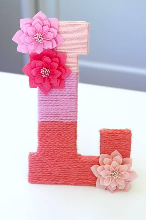 Monogramme de fleur enveloppé de fil ombré