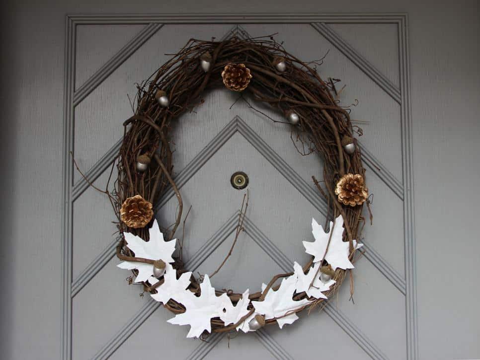 Glands métalliques et pommes de pin avec couronne de feuilles blanches