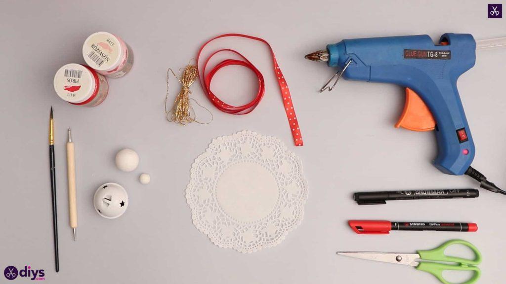 Ornement de poupée avec des matériaux de cloche