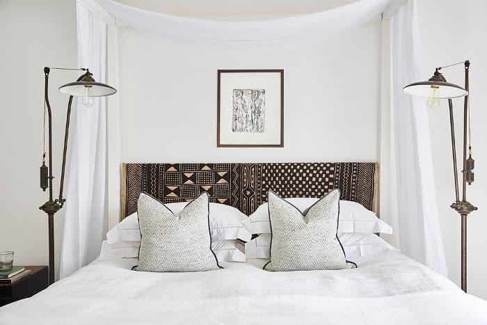 Jeter des oreillers dans la chambre