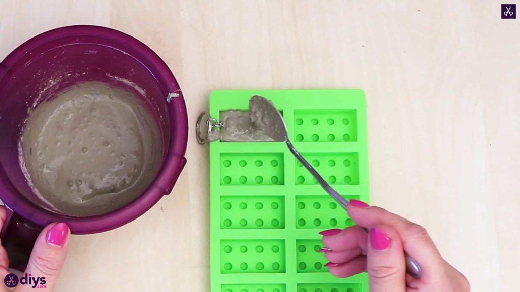 Porte-clés en béton lego block ajouter du béton dans le moule