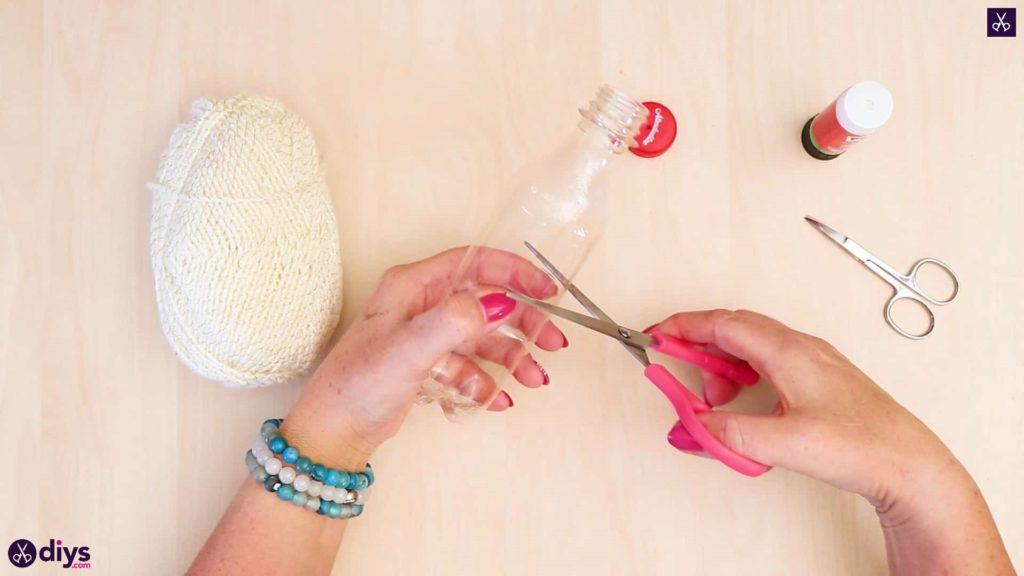 Bouteille en plastique pom pom ornement coupe moitié