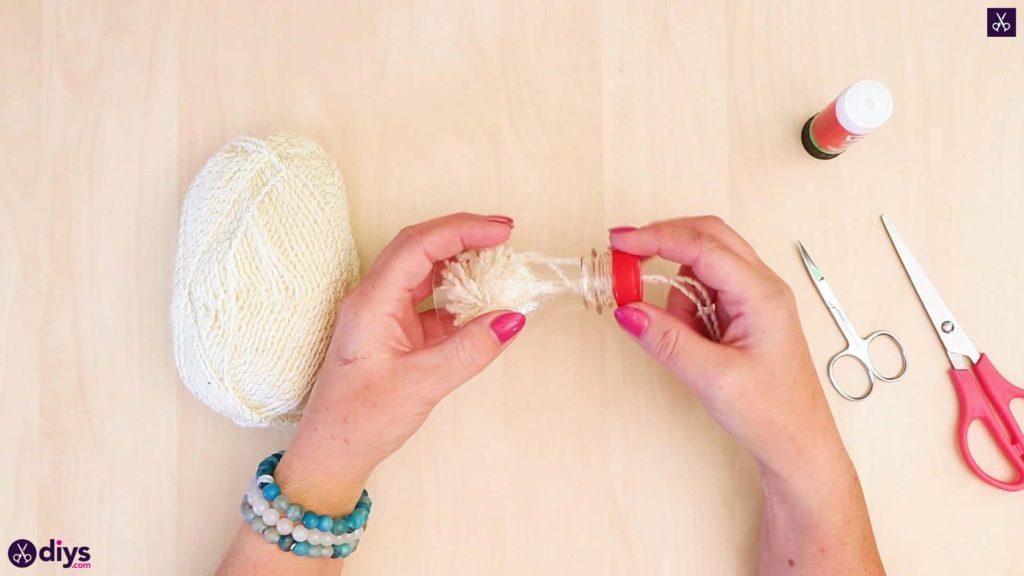 Bouteille en plastique ornement pom pom étape 6a