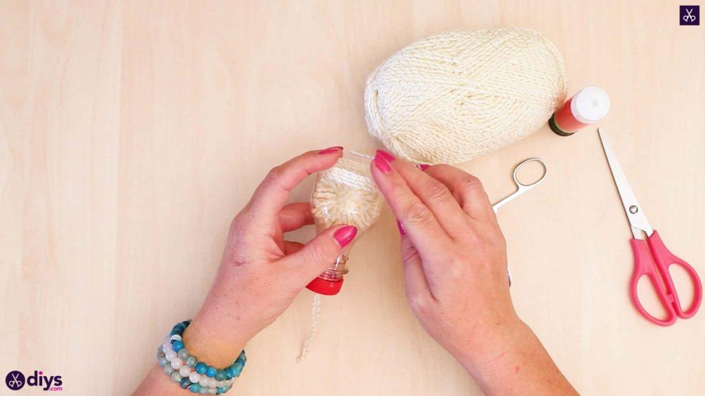 Bouteille en plastique ornement pom pom étape 9
