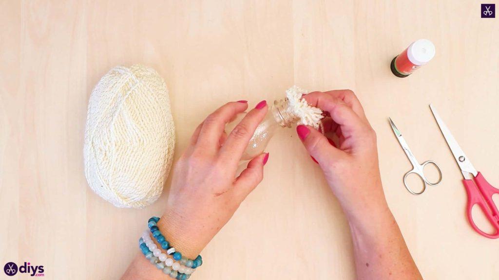 Bouteille en plastique ornement pom pom étape 6