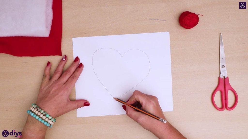Comment faire un coussin coeur dessiner