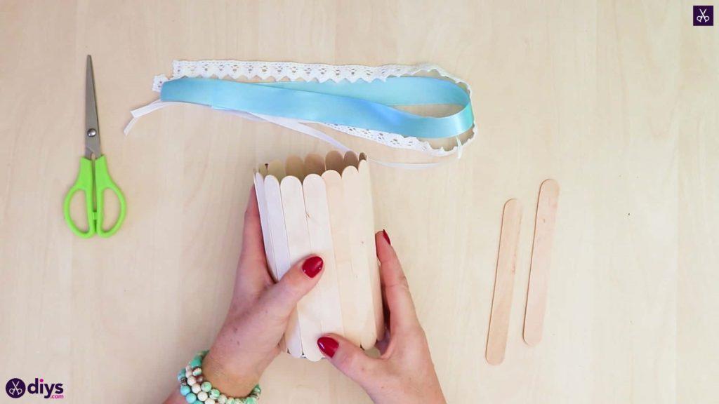 Presse à récipients en étain recouverte d'un bâton de popsicle élégant
